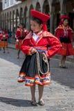 Een kleurrijk geklede uitvoerder danst onderaan een Cusco-straat tijdens de Meidagparade in Peru Stock Fotografie