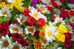 Een kleurrijk mengsel van verschillende kunstbloemen royalty-vrije stock foto's