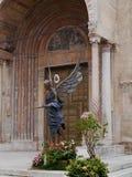 Een kleurrijk standbeeld voor de kathedraal in Verona Stock Foto's