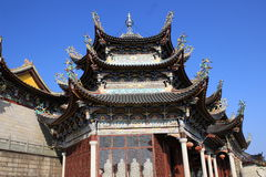 Een kleurrijk tempeldak met gesneden patronen Stock Afbeeldingen