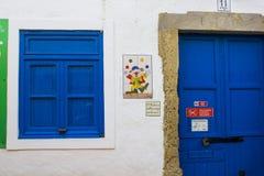 Een kleurrijke betegelde muurplaque die een jonglerende met clown op de muur van een vakantiebungalow tonen in Albuferia, Portuga Royalty-vrije Stock Foto's