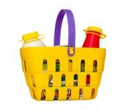 Een kleurrijke die stuk speelgoed het winkelen mand met kruidenierswinkels wordt gevuld Geïsoleerd op wit Royalty-vrije Stock Fotografie