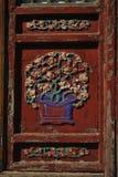 Een kleurrijke gesneden deur onder zonnig stock foto's