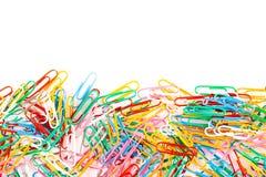 Een kleurrijke keurig geschikte paperclip isoleert op een witte backgro stock foto's