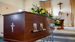 Een kleurrijke kist in een lijkwagen of kerk vóór begrafenis royalty-vrije stock foto