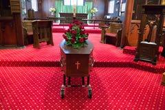 Een kleurrijke kist in een lijkwagen of een kapel vóór begrafenis of begrafenis bij begraafplaats royalty-vrije stock afbeelding