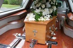 Een kleurrijke kist in een lijkwagen of een kapel vóór begrafenis of begrafenis bij begraafplaats stock foto's