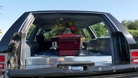 Een kleurrijke kist in een lijkwagen of een kapel vóór begrafenis of begrafenis bij begraafplaats royalty-vrije stock foto's