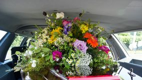 Een kleurrijke kist in een lijkwagen of een kapel vóór begrafenis of begrafenis bij begraafplaats royalty-vrije stock foto