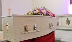 Een kleurrijke kist in een lijkwagen of een kapel vóór begrafenis of begrafenis bij begraafplaats stock foto