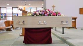 Een kleurrijke kist in een lijkwagen of een kapel vóór begrafenis of begrafenis bij begraafplaats stock fotografie