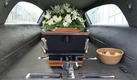 Een kleurrijke kist in een lijkwagen of een kapel vóór begrafenis of begrafenis bij begraafplaats stock afbeelding