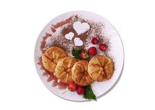 Een kleurrijke schotel voor Ontbijt met pannekoeken, bessen en cacaopoeder met een hart stock fotografie