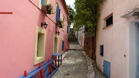 Een kleurrijke Straat in de Haven van Fiscardo in eiland Kefalonia, Griekenland stock foto's