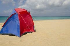 Een kleurrijke tent op het strand Royalty-vrije Stock Foto
