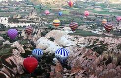 Een kleurrijke waaier van hete luchtballons in Rose Valley in het Cappadocia-gebied van Turkije Stock Foto's