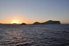 Een kleurrijke zonsondergang in ARANCI-GOLFhaven Sardinige stock fotografie