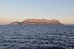 Een kleurrijke zonsondergang in TAVOLARA Sardinige stock fotografie