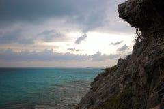 Een klip op de kust van de Caraïbische Zee in Isla Mujeres, Mexico Royalty-vrije Stock Afbeeldingen