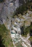 Een kloof en een rivier stock fotografie