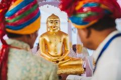 Een kloosteraltaar met deities van Padmasambhava, Boedha en Mait stock afbeelding