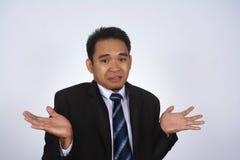 Een knappe aantrekkelijke jonge Aziatische zakenman met die trek ik ` t ken aan gebaar op wit wordt geïsoleerd Stock Afbeeldingen