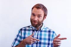 Een knappe blauw-eyed mens met een baard leidt u met de beweging van handen stock afbeelding