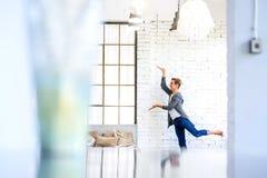 Een knappe jonge mannelijke Balletdanser die in een Zolderstijl A praktizeren stock afbeelding