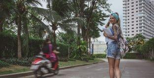 Een knappe student gaat vroeg naar school in de ochtend in een goede stemming Dromerig beeld van een modern meisje Model van Royalty-vrije Stock Afbeeldingen