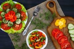 Een knipselraad met diagonale groenten en salades, stock fotografie