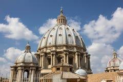 Een koepel van de St. Peter Basiliek royalty-vrije stock foto's