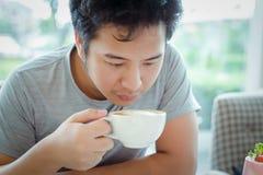 Een koffie van het mensenhandvat voor drank Royalty-vrije Stock Afbeelding