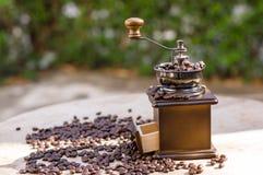 Een koffiemolen met natuurlijk licht Stock Afbeeldingen