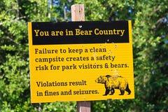 Een kogel doorzeefde geel u is in het waarschuwingsbord van het beerland stock foto