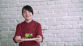 Een kok die salade op een plaat 4k tonen stock video