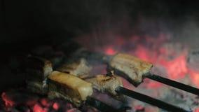 Een kok in een vlees van restaurantgrills op houtskool 4k stock footage