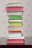 Een kolom van boek met harde kaft kleurrijke gesloten boeken Stock Afbeeldingen