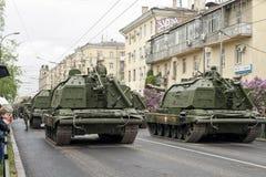 Een kolom van pantserwagens en tanks buiten de Wereld t worden gebouwd dat Royalty-vrije Stock Foto