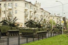 Een kolom van pantserwagens en tanks buiten de Wereld t worden gebouwd dat Royalty-vrije Stock Fotografie