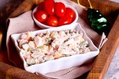 Een kom aardappelsalade met romige mosterdvulling Royalty-vrije Stock Afbeelding
