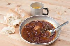Een kom eigengemaakte Spaanse peperbonesoep met vlees Royalty-vrije Stock Afbeeldingen