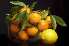 Een kom fruit op de lijst Stock Foto's