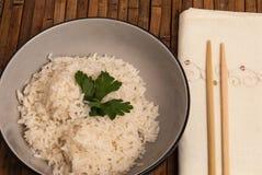 Een kom gekookte gediende rijst Stock Foto