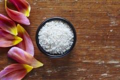 Een kom overzees zout in mooie keuken atmoshere Stock Foto