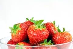 Een kom van aardbeien stock fotografie