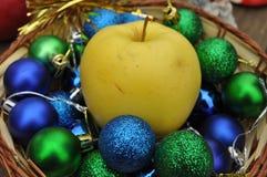 Een kom van glanzende decoratieve ballen Royalty-vrije Stock Afbeelding