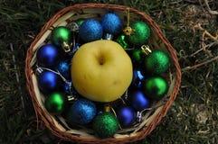 Een kom van glanzende decoratieve ballen Stock Fotografie