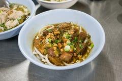 Een kom van Hainan-rijstnoedel met gesmoord rundvlees in Thaise stijl  Royalty-vrije Stock Foto