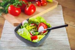 Een kom van verse gezonde groenten Stock Afbeelding