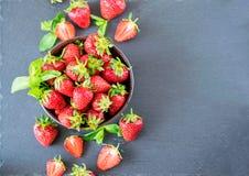 Een kom van verse sappige aardbeien op een leiraad royalty-vrije stock foto's